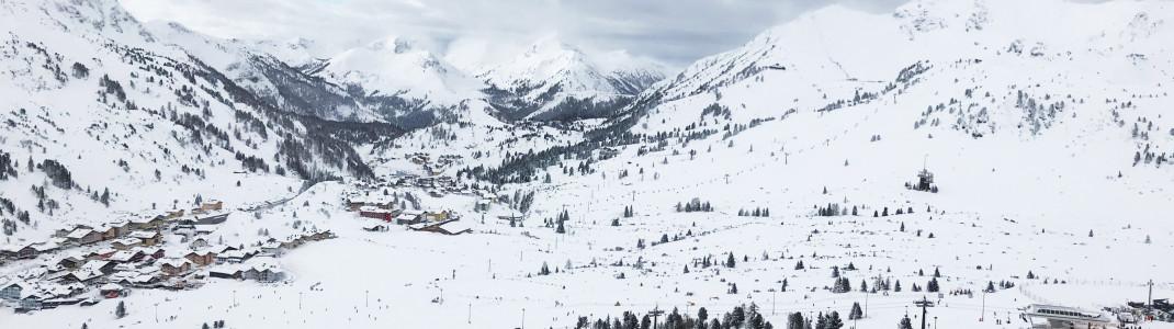 Aussicht vom Plattenkar, einem der Super Seven (der höchsten Punkte im Skigebiet). Rechts sieht man die Bergstation Edelweissbahn.
