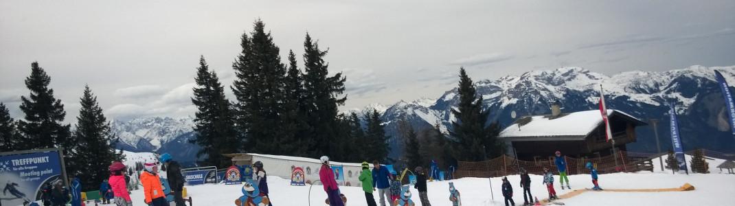 Im Kinderland an der Bergstation der Pöglbahn können erste Skiversuche gewagt werden.