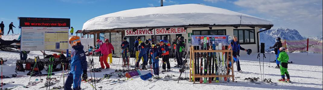 Praktisch: Skiservice und -verleih direkt neben dem Triassic Park.