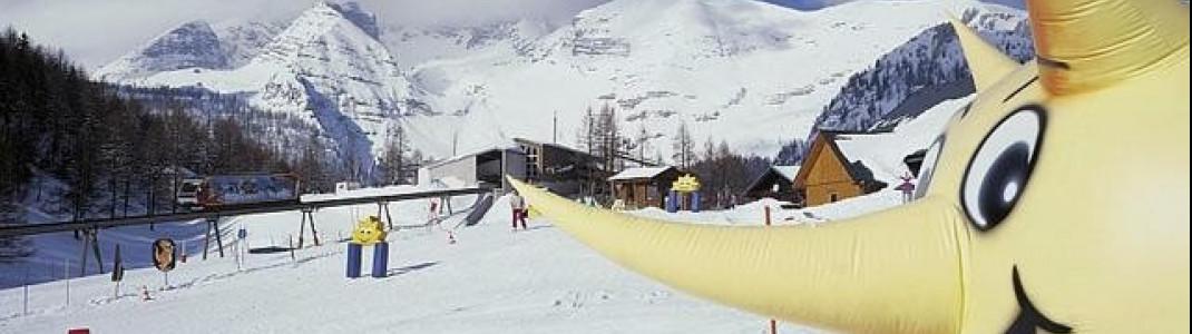 Direkt an der Bergstation der Standseilbahn wartet die Skischule schon auf die kleinen Wintersportler.