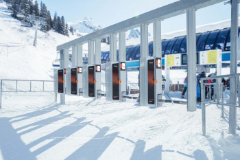 Die Firma Axess stellt Ticketzugänge für zahlreiche Skigebiete in den Alpen.