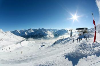 In Sölden haben Skifahrer vom Giggijoch aus einen sagenhaften Ausblick auf die Tiroler Bergwelt.