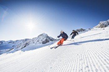 Auf den breiten Abfahrten auf dem Stubaier Gletscher können Wintersportler sich herrlich austoben.