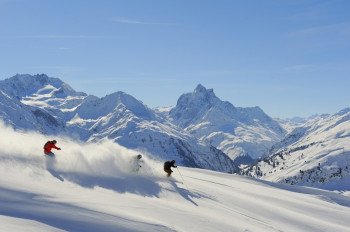 Wunderschöne Tiefschneeabfahrten finden Skifahrer am Arlberg.
