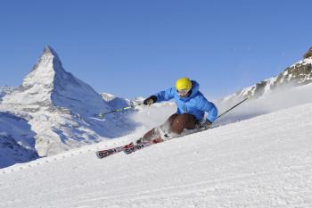 Skifahren in Zermatt im Anblick des majestätischen Matterhorns ist ein einzigartiges Erlebnis.