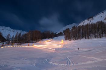 Bei der Ski-Show Samnaun zeigen die örtlichen Skilehrer beeindruckende Variationen des Ski-Sports.