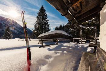 Urige Hütten erreichst du per Langlaufski, zu Fuß oder mit Schneeschuhen.