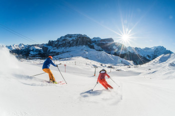 Neben 12 Skidestinationen mit 1.200 Pistenkilometern befindet sich hier auch die beeindruckende Sella Ronda, die Skirunde um den Sella-Stock.