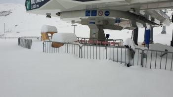 Ordentlich eingeschneit wurden die Lifte am Stubaier Gletscher. Bis zum Saisonstart muss dort noch ordentlich geschaufelt werden.