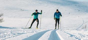 Klassisch und Skating unterscheiden sich nicht nur im Langlaufstil sondern auch in den Skiern.