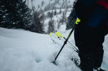 Für Fahrten im Tiefschnee sind längere Ski besser geeignet.