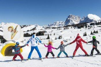 Auf Entdeckungsreise gehen die Kinder mit den Skilehrern auf der Seiser Alm.