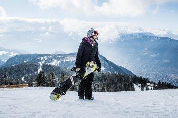 Snowboard-Profi Omar Visintin gibt den Kindern und Jugendlichen Tipps.