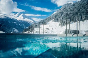 Entspannung pur mit einmaligem Alpenblick in der Felsentherme Bad Gastein.