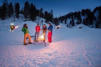 Aufwärmen kann man sich vor dem Übernachten im Iglu am Speikboden unter anderem am Feuer, in einer Sauna und in einem beheizten Pool.