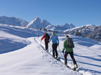 Beim Skitourengehen hast du stets die verschneiten Berggipfel im Blick.