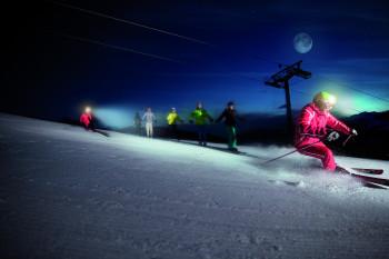 Beim Moonlight Skiing erlebst du die Pisten bei Nacht.
