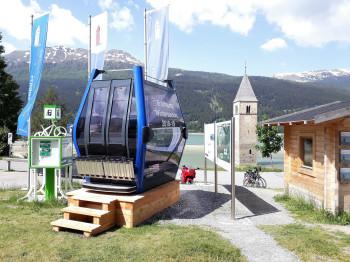 Passend zu den neuen Bahnen kündigt eine Kabine am Reschensee die bevorstehende Skigebietsverbindung an.