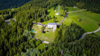 drone vue cote montagne