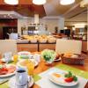 Frühstücksbuffet mit Waffel- und Eierstation