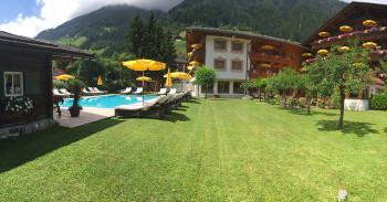 """Alpenhotel Tirolerhof """"Garten mit kleinen Kinderspielplatz und Tischtennisplatte"""""""