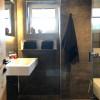 Erdgeschoss   Badezimmer mit Wasserfall Dusche