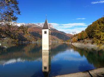 Der Kirchturm im See