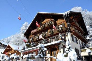 Aussensicht des Hotels im Winter