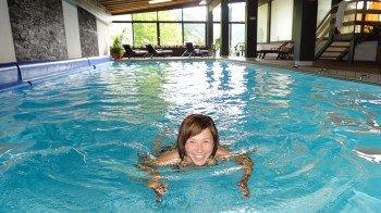 Wellnessbereich mit großem Schwimmbad