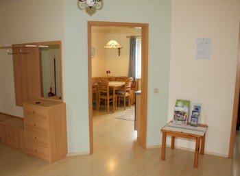 Blick vom Vorraum in Wohnküche
