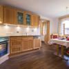 Ferienwohnung Bergblick - gut ausgestattete Küche mit gemütlicher Sitzecke