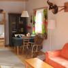 Wohn- Essbereich Lärchenhäusl mit Sicht auf Stockbett-Zimmer