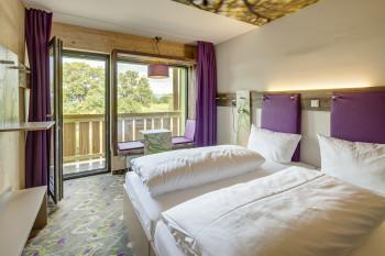 Die großen Panoramafenster in jedem Zimmer bieten eine tolle Aussicht auf die umliegende Bergwelt