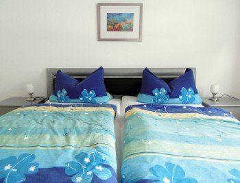 Jede Wohnung verfügt über ein Doppelschlafzimmer, die gemütlich eingerichtet sind.