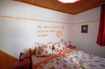 Das schöne Schlafzimmer im 1. Stock mit Durchgangstür ins zweite Schlafzimmer