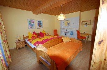 Das große Dorfblickzimmer, auch mit Balkon und Waschbecken.