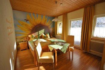 Das sonnige Sonnenblumenzimmer mit Balkon und Waschbecken