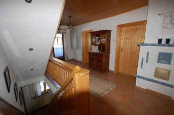 Der Vorraum im 1. Stock verbindet alle Etagen und hat auch einen Balkon