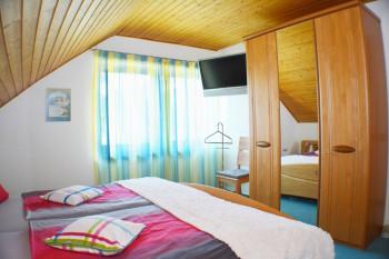 Schafzimmer 1 mit TV