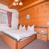 Schlafzimmer mit viel Holz