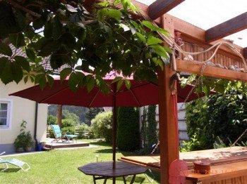 Blick aus der Gartenlaube durch den hinteren Garten