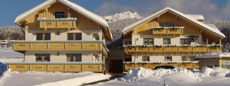 """Gästehaus Hutterer """"auf der Wies"""" und """"Haus Karola"""" im Schnee"""