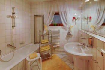 Apart. Nr.2, großes Bad mit Wanne / Dusche, WC.