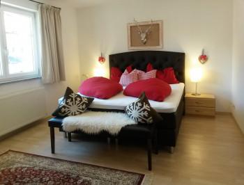 Schlafzimmer mit Boxspringbett B