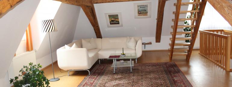 Wohnbereich mit Treppe zum Schlafbereich