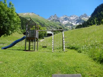 Spielplatz vor prächtiger Alpenkulisse