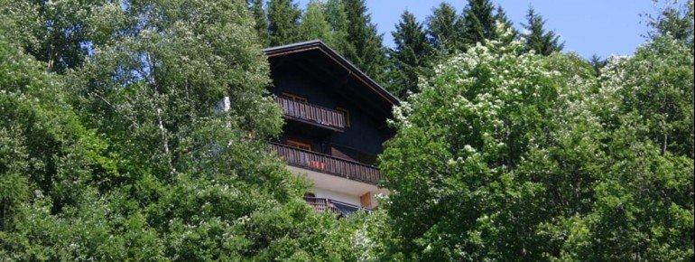 Haus im Sommer, von unten gesehen
