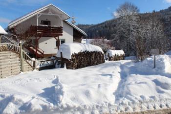 Links Ferienwohnung Aufgang mit Balkon. Weg hinter dem Haus entlang rechts.