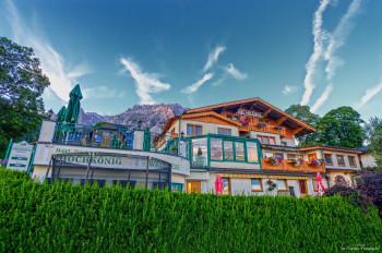 Hotel-Appartement Hochkoenig mit Dachsteingebirge im Hintergrund