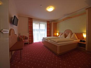 Alle Zimmer, Junior Suite, Suiten und Studios mit Balkon.